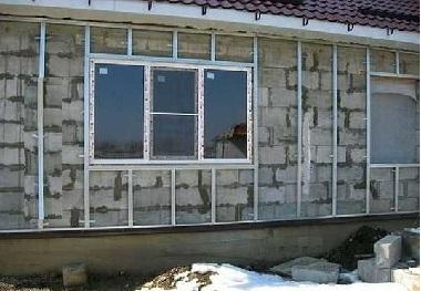 Внешняя стена дома под обрешеткой