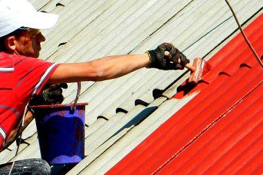 Крыша красится в красный цвет