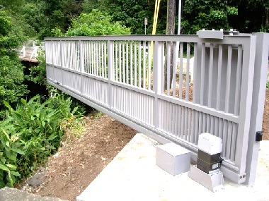 Серые ворота на мосту