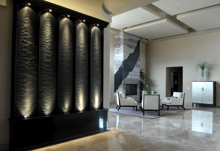 Подсветка в стене создает ощущение водопада