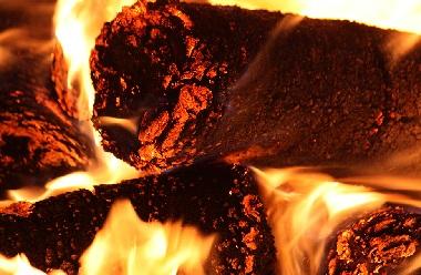 Уголь от горящего брикета