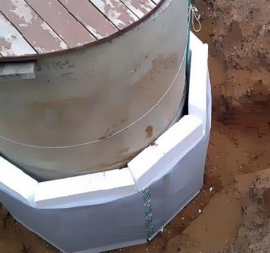 Бетонный колодец с деревянной крышкой утеплен пенопластом