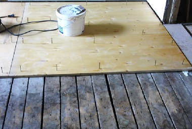 Фанерные листы на деревянном полу