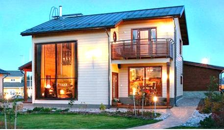 Одноэтажный дом с балкончиком и террасой
