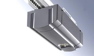 Механизм электропривода для ворот на сером фоне