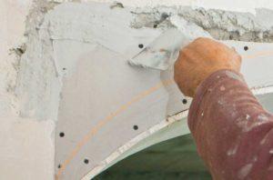 Заполняем шпатлевкой все дефекты и неровности на полученной арке