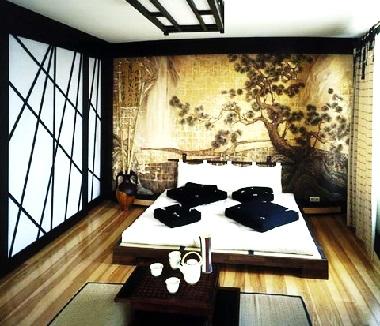 Комната с картиной японского стиля
