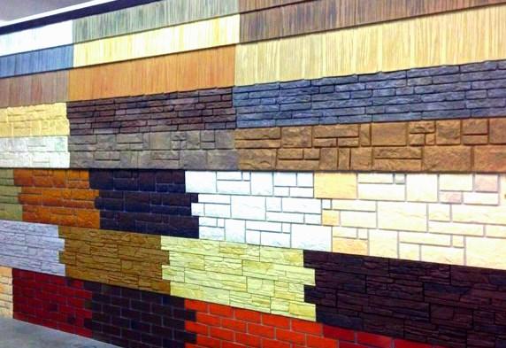 стена смонтирована из разного сайдинга под камень