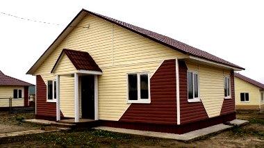 дом из двух цветов винилового сайдинга - беж и коричневый