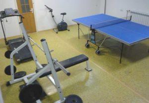 Теннистый стол в домашнем спортзале