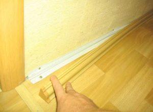 Монтаж напольного плинтуса без кабель-канала