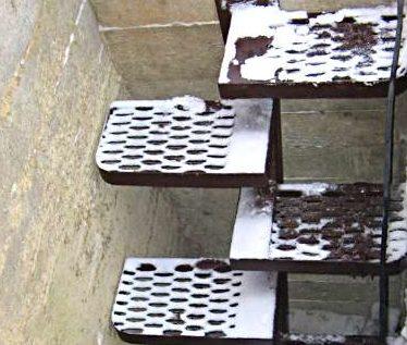 Металлические ступени из решетчатого материала