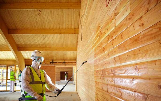 обработка деревянных стен дома для защиты от влаги