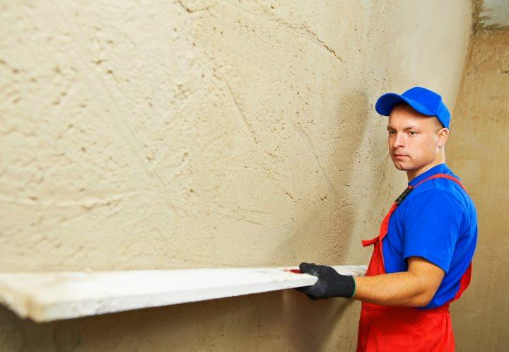 Процесс выравнивания стен штукатуром