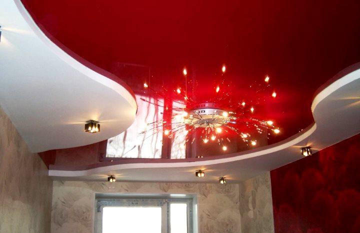 Натяжной потолок фигурного исполнения в красном глянце