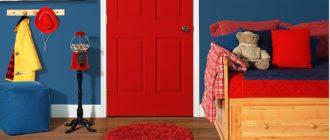 Красная дверь детской с яркими кисточками
