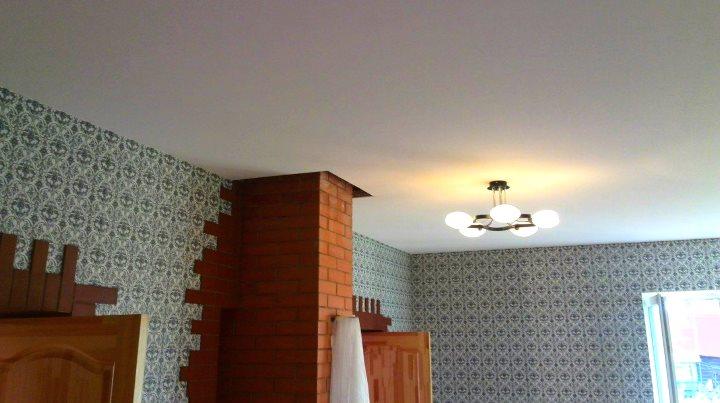 Тканевый натяжной потолок в деревенском дизайне