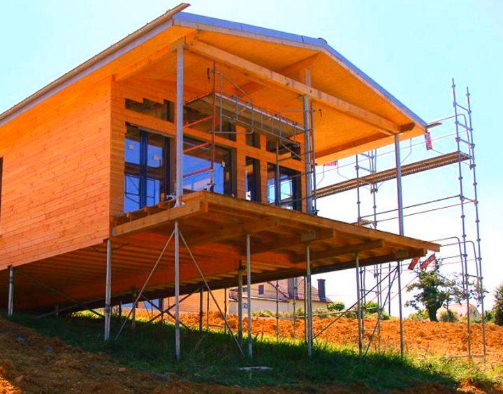 На сваях относительно легкий деревянный дом