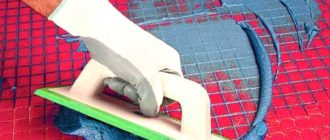 Малиновая плитка с синей затиркой - стильное решение