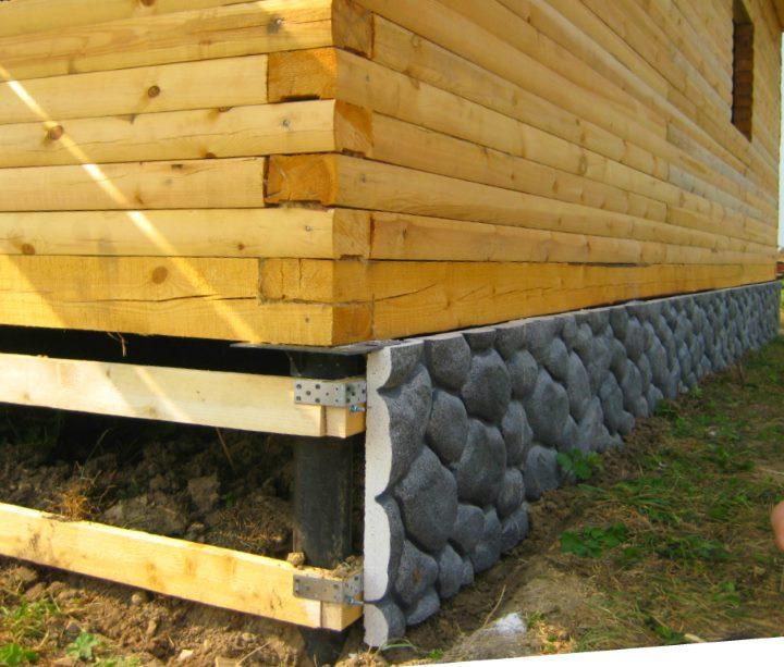 Облицовка свайного фундамента деревянного дома