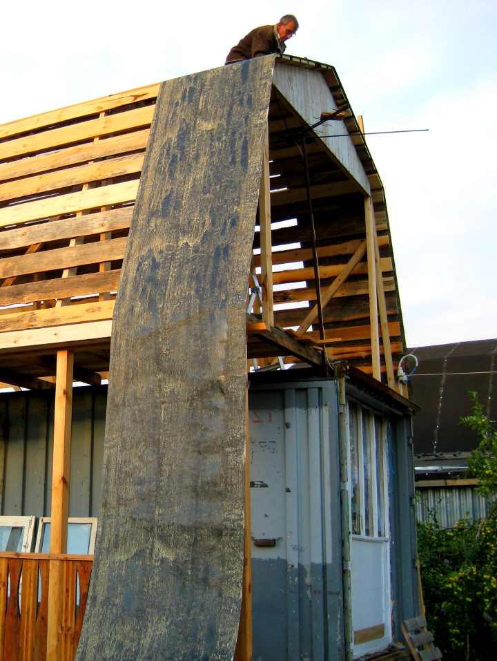 Покрытие рубероидом крыши двухэтажного дома