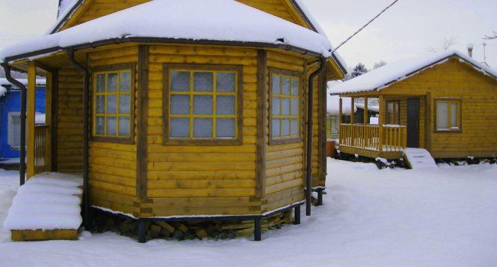 Дом на винтовых сваях зимой
