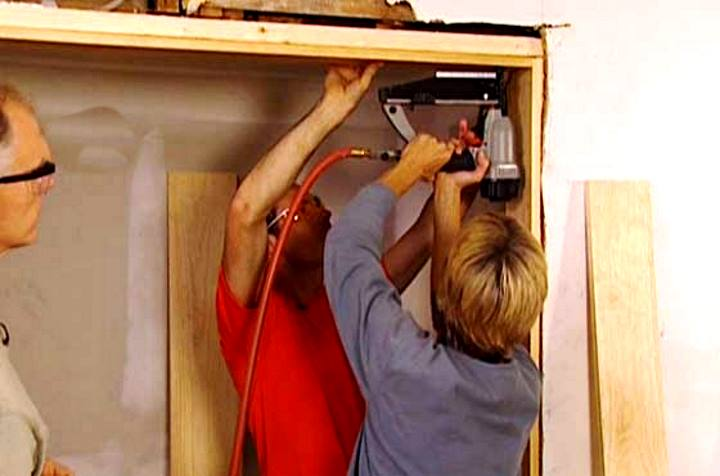 Процесс установки дверного добора