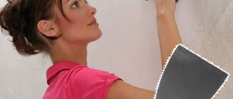 Девушка в розовом шпаклюет стену