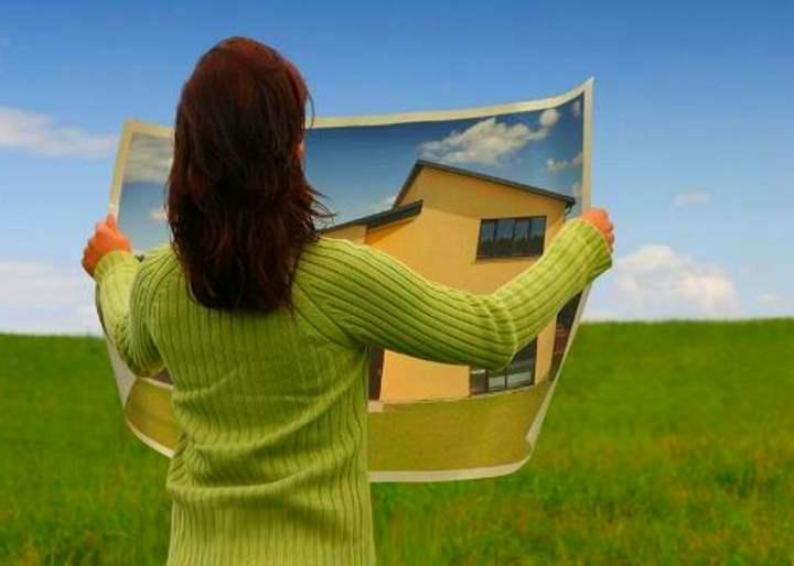 Девушка изучает рисунок дома