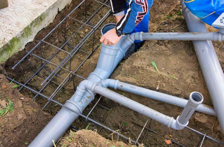Неправильно установленная система канализации может быть причиной неприятного запаха
