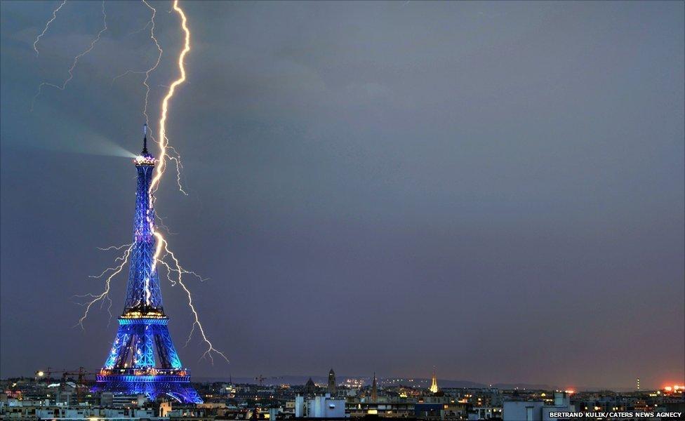 Попадание молнии в Ейфелеву башню