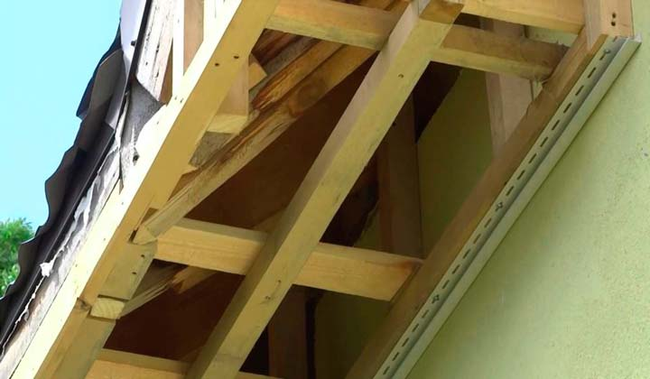 Подшивка свеса крыши коробом из дерева