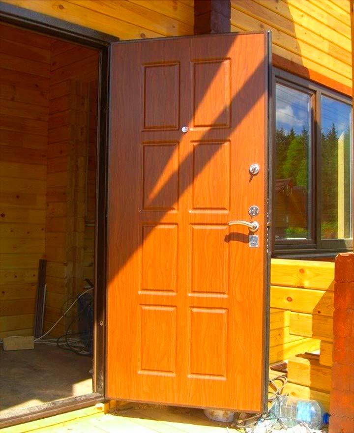 Монтаж входной двери в деревянном доме
