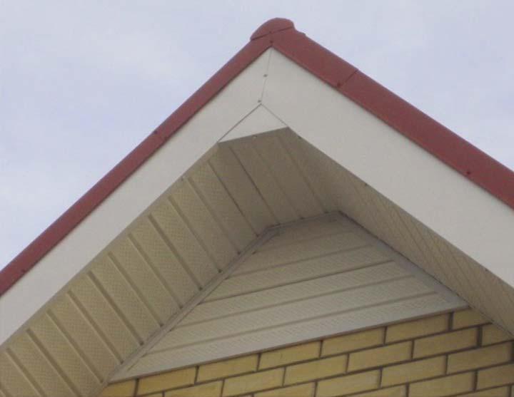 Фронтонный свес крыши в доме
