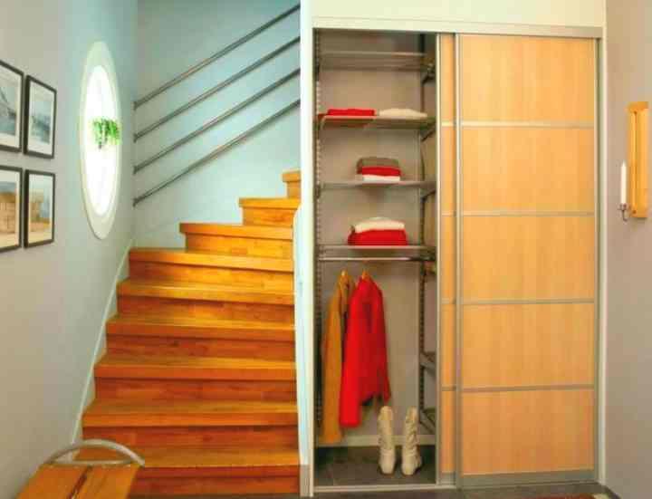 Прямой шкаф под лестницу