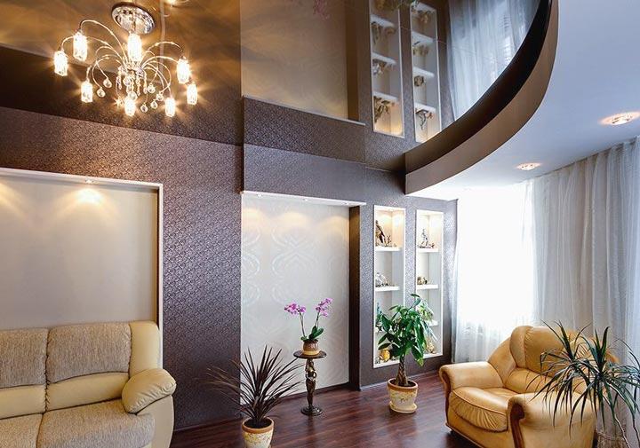 Зеркальный натяжной потолок в зале