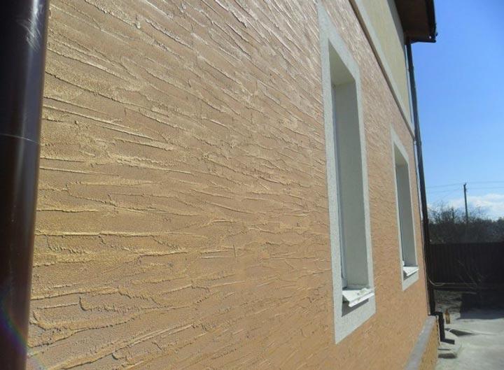 Фактурная краска снаружи дома на стенах