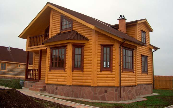 Дом, обшитый сайдингом с имитацией бревна