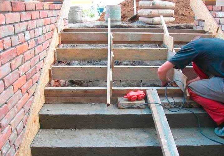 Заливка бетона на лестницу