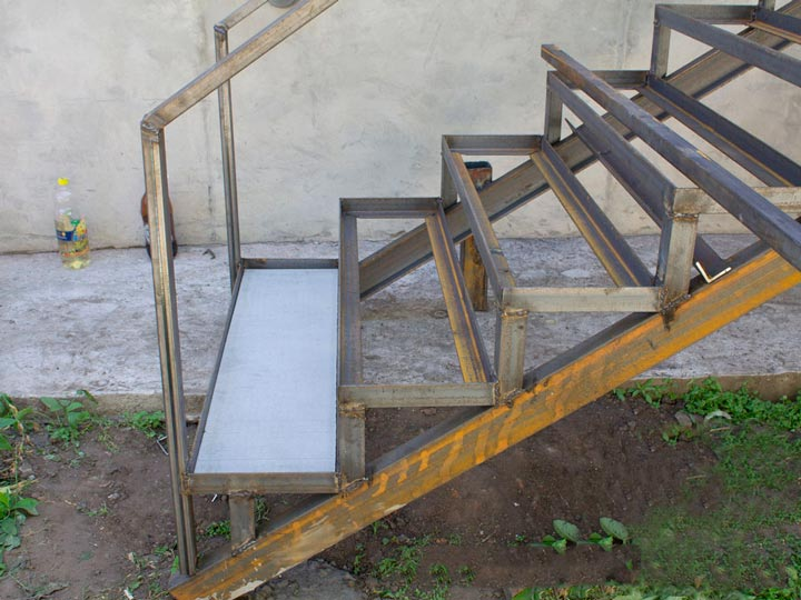 Монтаж подложки на металлический каркас лестницы