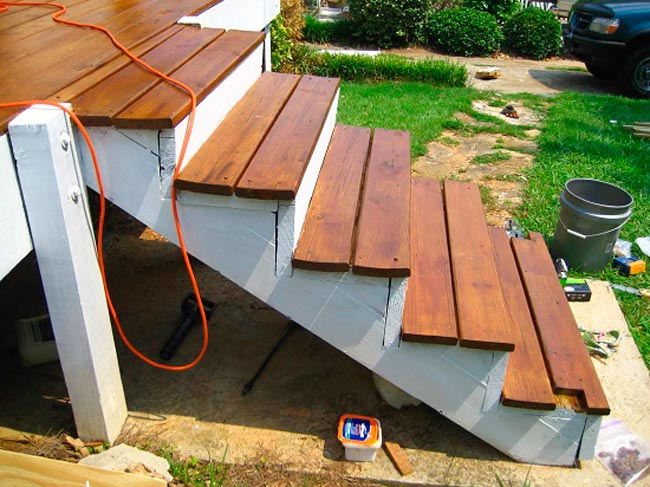 Установка мтупеней из дерева на бетонную лестницу