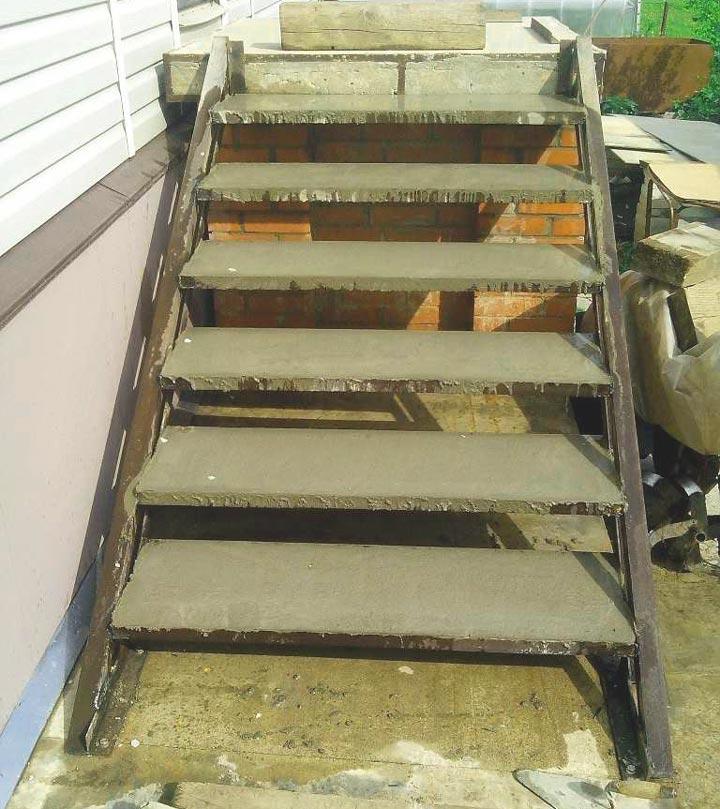 Окончательная заливка бетона в металлическую лестницу