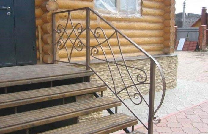 ВЫступ длеревянных ступеней за металлический каркас лестницы