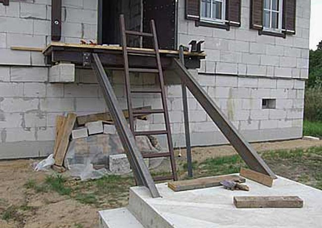 Монтаж основы лестницы из двух швеллеров