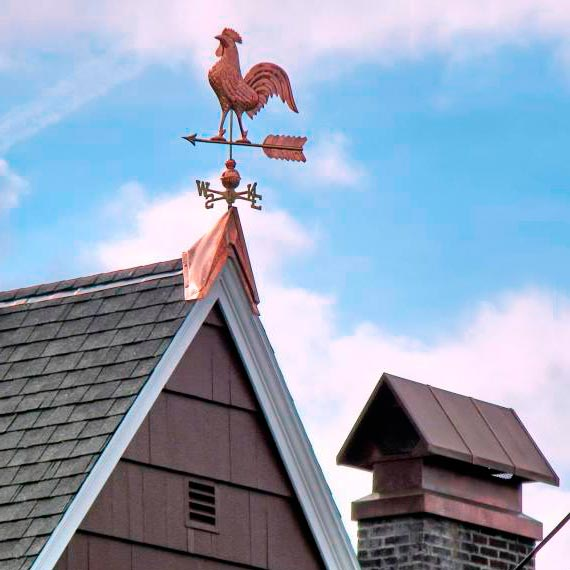 Флюгер на крыше дома