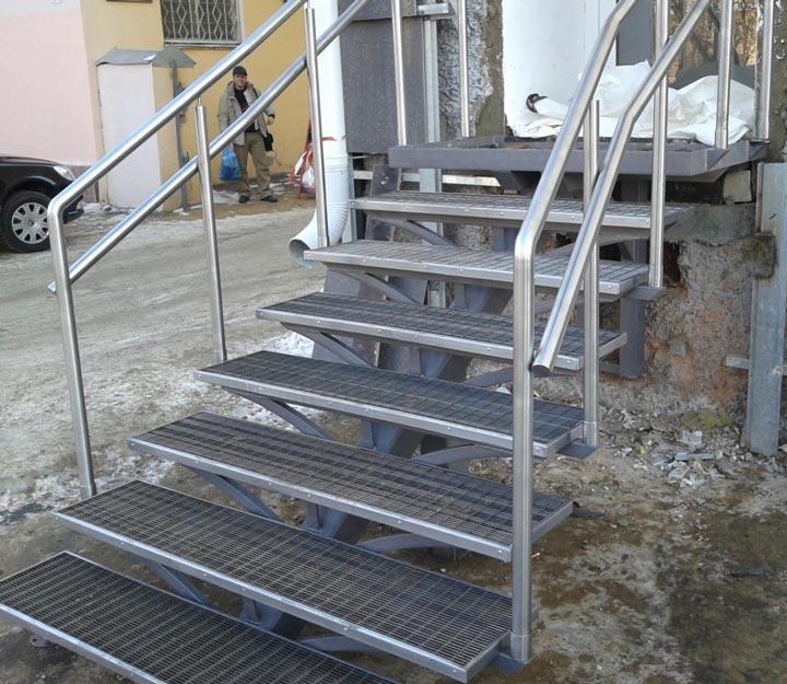 Крепление перил лестницы