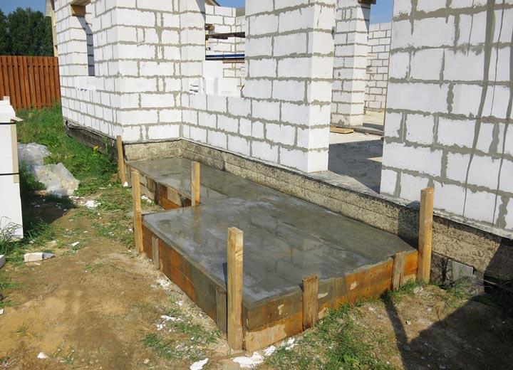 Заливка опалубки бетоном под крыльцо