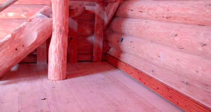 Деревянный пол в доме из сруба