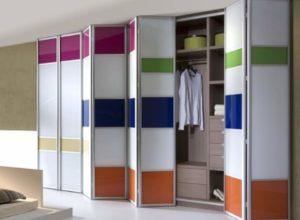 Разноцветные двери гармошкой у шкафа купе