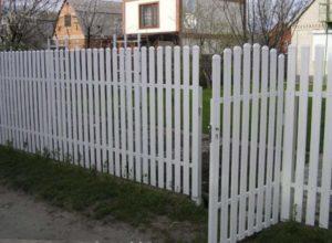 Забор из белого штакетника
